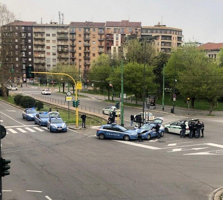 Milano, scontro fra volanti della polizia nella città deserta