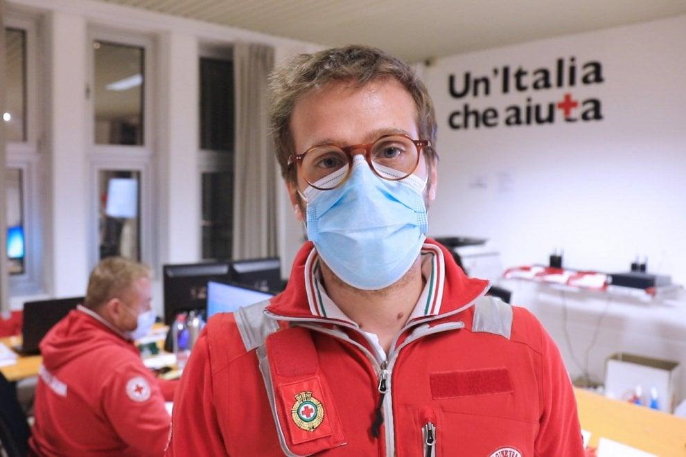 """Coronavirus, il lavoro quotidiano dei volontari della Croce Rossa: """"Consoliamo i malati solo con lo sguardo"""""""