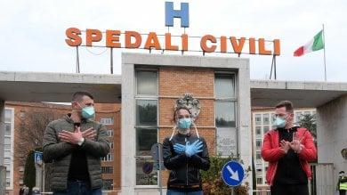 """I medici albanesi a Brescia, il dg degli Spedali civili: """"Ora capire come utilizzarli""""   · Foto  Da Cuba alla Cina gli aiuti in arrivo"""