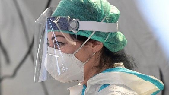 """Coronavirus in Lombardia, 394 decessi in 24 ore. Gallera: """"Aumento positivi perché fatti più tamponi"""". I sindaci attaccano la Regione"""
