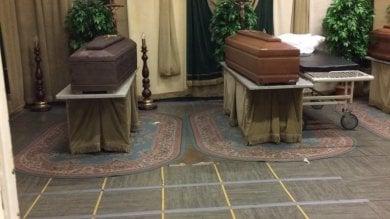 Bare e corpi sui letti nelle case di riposo dove gli anziani muoiono uno dopo l'altro