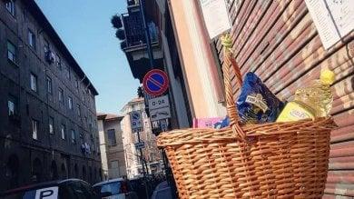 Foto  Per le strade i cesti sospesi con pasta, sapone e quaderni per chi è in difficoltà