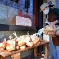 """Coronavirus, i sacchetti di pane in regalo sulla panchina: """"Se hai bisogno prendi"""""""