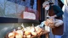 """I sacchetti di pane in regalo sulla panchina: """"Se hai bisogno prendi"""""""