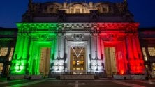 La Stazione Centrale si illumina con il Tricolore