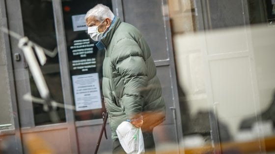 Coronavirus, in Lombardia obbligo di proteggersi con mascherine e sciarpe quando si esce di casa