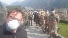I militari dell'esercito in servizio nella Bergamasca donano il rancio ai poveri del paese