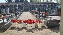 """I tulipani sulle tombe del cimitero chiuso: """"Un fiore per chi non ha avuto neanche un funerale"""""""