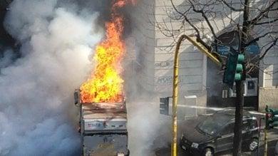 Prende fuoco un camion dei rifiuti: due autopompe per spegnere le fiamme
