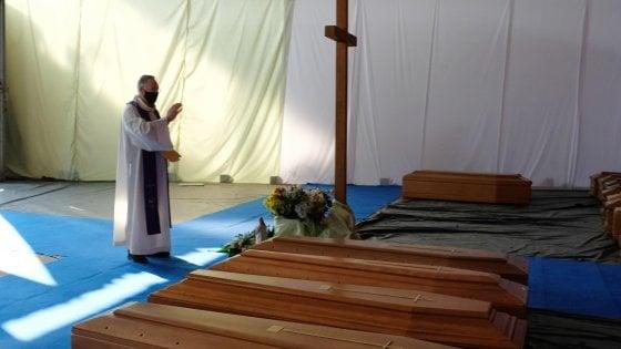 Coronavirus, il vescovo di Bergamo benedice 500 urne: sono quelle dei morti portati fuori regione