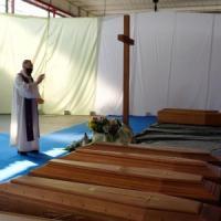 Coronavirus, il vescovo di Bergamo benedice 500 urne: sono quelle dei morti