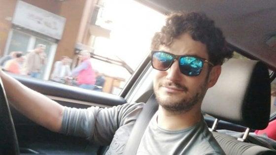 Finisce fuori strada per l'asfalto bagnato e si ribalta con l'auto: muore un 28enne nel Lecchese