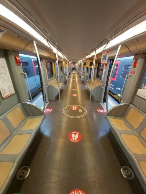 Bolli rossi per indicare la distanza giusta e cartelli ovunque: così a Milano Atm prepara la Fase 2 coronavirus sui mezzi pubblici