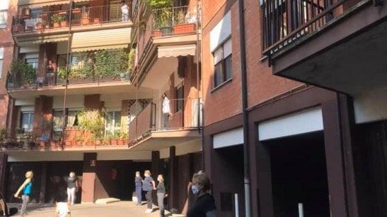 Tutti in casa per il coronavirus? A Legnano un intero condominio fa ginnastica assieme sui balconi