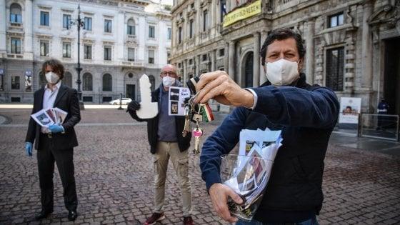 """Coronavirus a Milano, i commercianti consegnano al sindaco le chiavi di locali negozi: """"Impossibile riaprire a queste condizioni"""""""