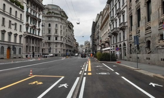 A Milano la fase 2 dell'emergenza coronavirus: piste ciclabili 'leggere' per evitare congestione di auto e mezzi pubblici affollati
