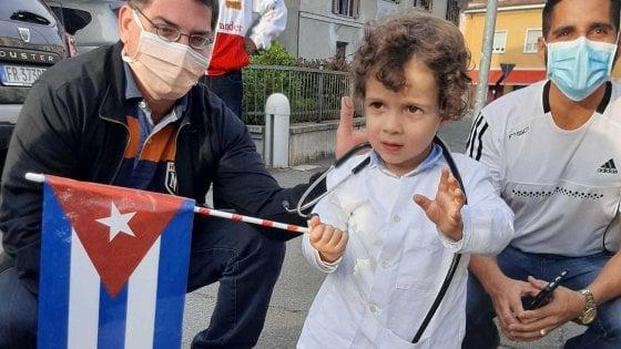 Coronavirus in Lombardia, il dono dei medici cubani al loro piccolo fan di Crema: un mini-camice e lo stetoscopio