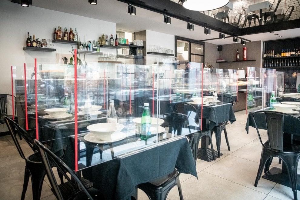Divisori Di Plexiglass Tra Tavoli E Commensali Cosi Bar E Caffe Di Milano Si Preparano Alla Riapertura La Repubblica
