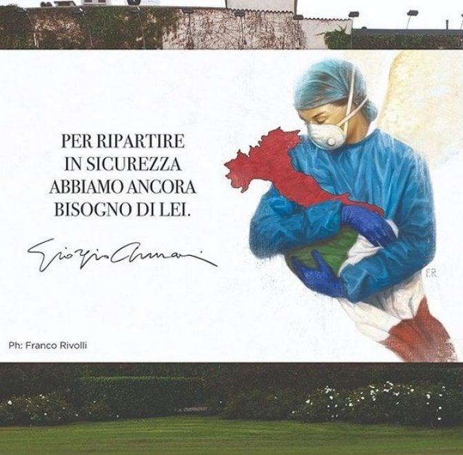 Giorgio Armani, sullo storico muro di via Broletto a Milano il murale dedicato ai medici impegnati nella lotta al coronavirus