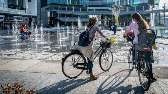 Fase 2, Milano si è messa a pedalare: è iniziata l'era d'oro delle biciclette