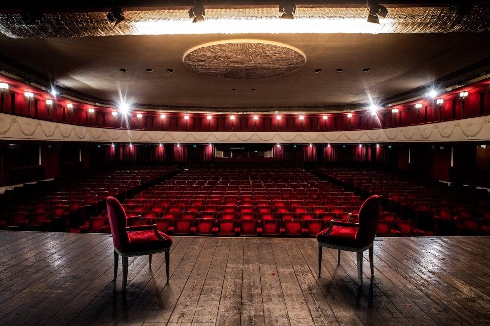 Il sipario sospeso: il fotoracconto dei teatri di Milano ancora chiusi