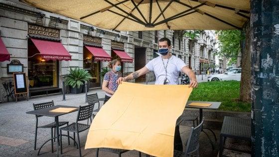Milano, negozi riaperti ma solo in parte e i clienti sono ancora pochi