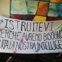 Milano, striscioni sulle facciate delle scuole e niente sit-it. La manifestazione anti-contagio di studenti, prof e genitori
