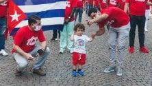 Tornano a casa i medici cubani, il saluto al bimbo che li ha sostenuti