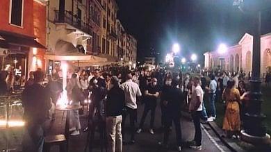 """A Brescia coprifuoco nella piazza della movida, il sindaco: """"Troppi assembramenti"""""""