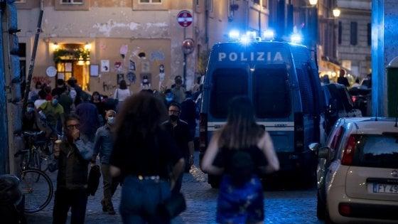 Abbraccia la fidanzata per strada |  multa di 400 euro a un 20enne di Pavia