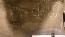 """Svastiche e la scritta Hitler nel bagno del bar libreria, i titolari si rivolgono ai clienti: """"Aiutateci a coprirle"""""""