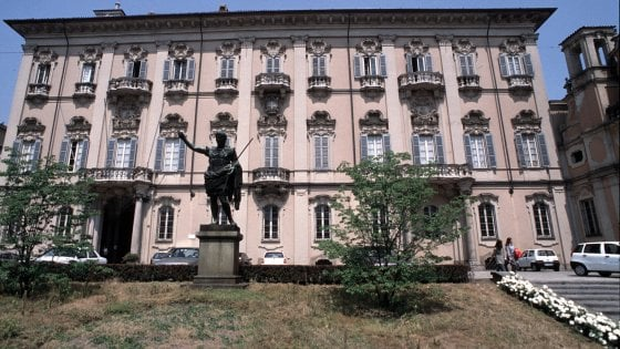 Abbraccia la fidanzata per strada: multa di 400 euro a un 20enne di Pavia