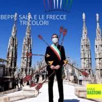 Beppe Sala 'trafitto' dalle frecce: polemica sulla foto del sindaco di Milano
