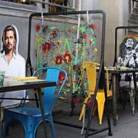 A cena con Brad Pitt e Maradona: a Milano le sagome dei personaggi famosi per tenere le distanze a tavola