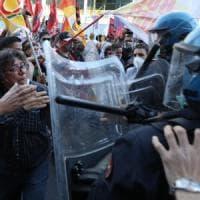 Coronavirus, protesta sotto la Regione Lombardia: manifestanti chiedono