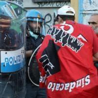 Protesta a Milano per la gestione dell'emergenza coronavirus: centinaia di persone sotto Palazzo Lombardia