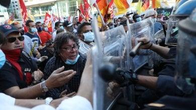 Protesta sotto la Regione Lombardia: manifestanti chiedono commissariamento, forze dell'ordine schierate   · Foto