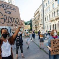 """""""Giustizia per George"""": a Milano protesta sotto il consolato Usa per il giovane afroamericano ucciso a Minneapolis"""