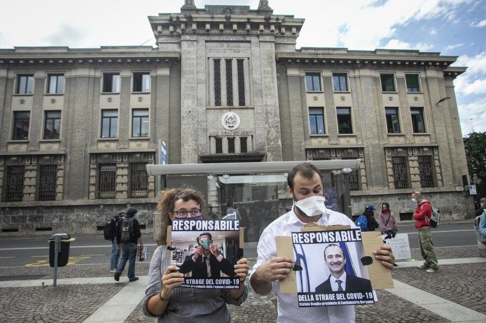 Contestazione per il governatore Fontana davanti alla procura di Bergamo per l'inchiesta coronavirus