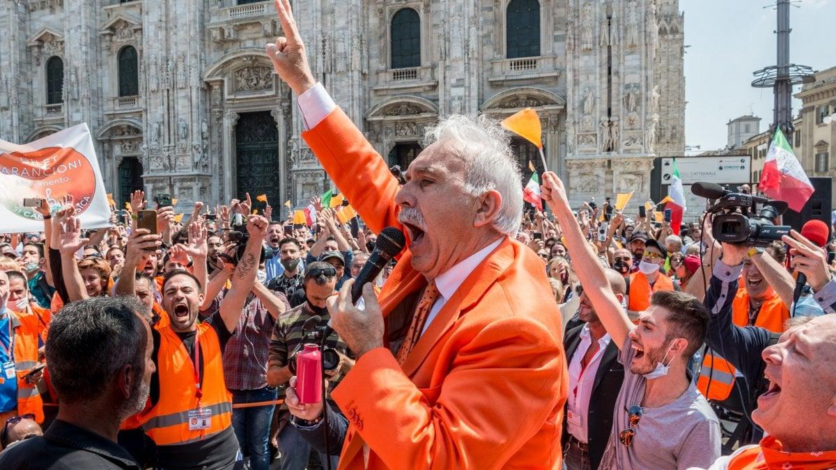 Niente distanza di sicurezza e mascherine: la protesta dei gilet arancioni a Milano viola tutte le norme anti-Covid
