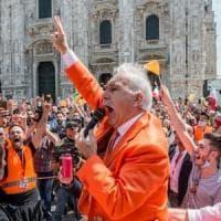 Assembrati e senza mascherine: saranno denunciati i gilet arancioni in protesta a Milano....