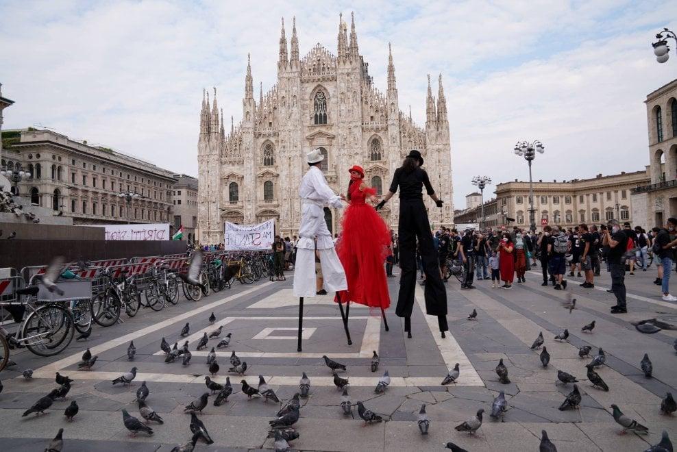 Milano, in piazza Duomo la protesta dello spettacolo diventa una festa