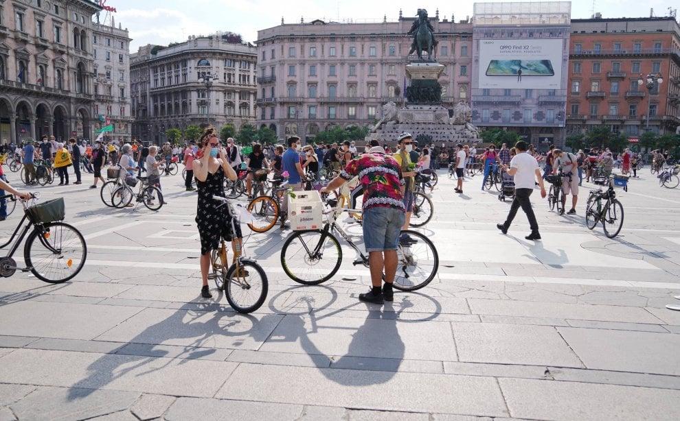 Milano, 400 biciclette in piazza Duomo per la svolta nella mobilità