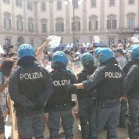 Centrodestra in piazza Duomo a Milano contro il governo, un migliaio di