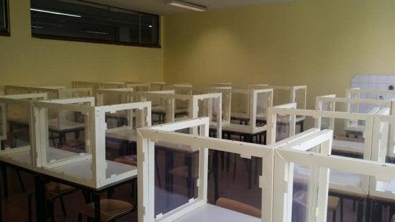Divisori in plastica e cartone tra i banchi: al liceo Manzù di Bergamo aule scolastiche pronte per gli esami di maturità