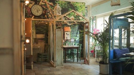 Casette di legno racchiudono i tavoli: il ristorante di Milano si trasforma per assicurare il distanziamento tra i clienti