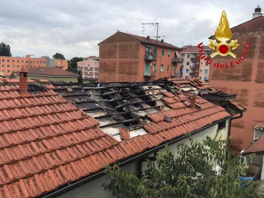 Maltempo a Milano, un fulmine colpisce il tetto e si incendia il palazzo: evacuate dieci persone