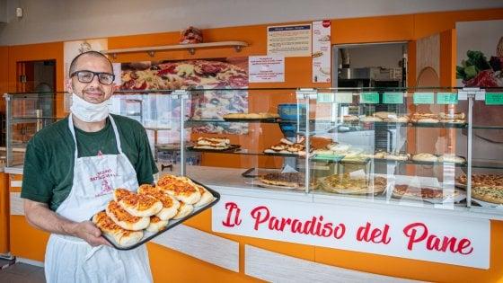 """L'operaio del pranzo che sforna pizze e focacce: """"Viviamo di studenti, così non ha senso"""""""