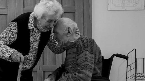 Lui ha cento anni, lei 93: si riabbracciano dopo 101 giorni di separazione a causa del coronavirus