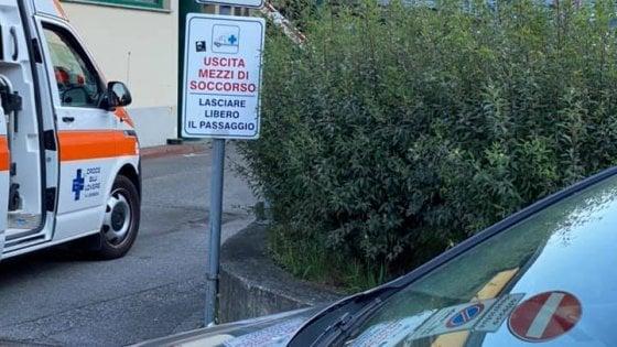 L'album degli incivili: la Croce Blu pubblica sui social le foto delle auto che bloccano l'uscita delle ambulanze